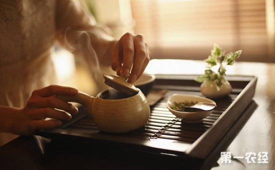 中国是一个茶文化历史十分悠久的国家,在几千年前,中国的祖先们就已经掌握的种茶制茶技术,并且经过历代的发展,一直延续到现在。如今在我国的很多地方,均种有各种不同特色的茶叶,并且不同地方出现的茶叶具有极强的地域特色,可以说现在中国的茶叶种类应该有上千种了。但是,你知道吗?虽说中国的茶文化历史这么悠久,但是在喝茶的过程中,仍旧存在不少的恶习。今天小编就为大家细数喝茶的7个恶习,希望大家有则改之无则加勉。
