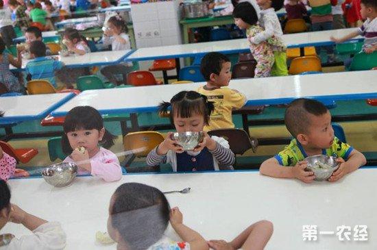 北京市加强中小学食品从业者资质审核 需持健康体检证方可上岗