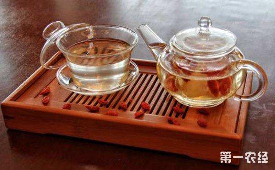 取西洋参5克,五味子5克,枸杞子5克,加入适量茶叶共同泡水饮用,可酌加