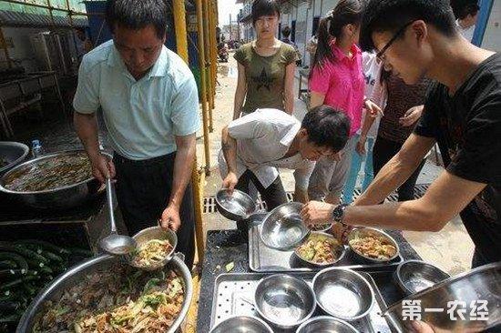 26名建筑工人严重中毒 流动摊贩竟用亚硝酸盐做菜