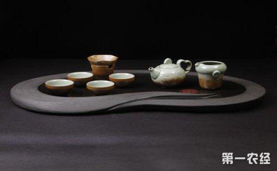 """茶盘的款式也十分多样,尺寸大小不一,有圆月形、棋盘形,扇形,方形等等。但不管什么材质和式样,最重要是:宽、平、浅、白,即盘面要宽,以便就客人人数的多寡,可以放多几个杯;盘底要平,才不会使茶杯不稳,易于摇晃;边要浅,色要白,才能茶壶、茶杯、茶汤衬托得出色,使之雅观,至于那些精雕细琢、富丽堂皇的茶盘,在茶席上喧宾夺主,非但不能作为平和静穆的背景衬托,反而有失饮茶品位。另外,端茶盘时一定要将盘上的壶、杯、公道拿下,不然一个失手,""""全盘覆没""""。"""