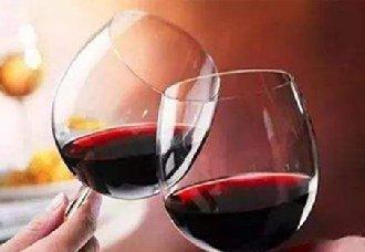 红酒杯要怎么拿?正确拿红酒杯手势是怎么样的?