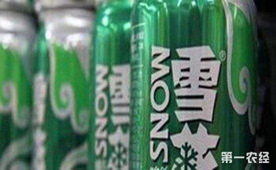 青岛一女士竟然在华润雪花啤酒中喝出了烟头工作人