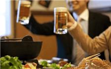 为什么啤酒和白酒不宜混着喝?这些危害要避免