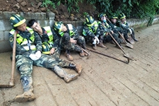贵州水城山体滑坡:救援人员三班倒 累了困了睡玉米地