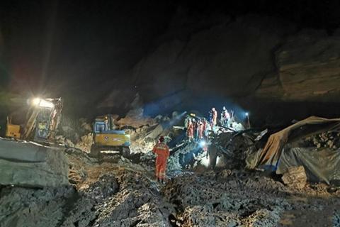 陕西子洲:山体滑坡疑5人被埋 现场还在抢险救援