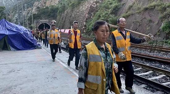 """成昆铁路""""8.14""""山体边坡垮塌 已发现12具遗体"""